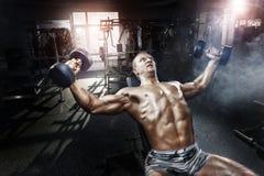 Atleta en el entrenamiento del gimnasio con pesas de gimnasia Imagen de archivo
