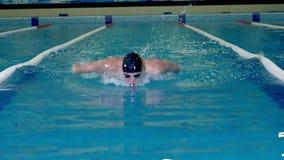 Atleta en el entrenamiento en las nadadas de la piscina almacen de metraje de vídeo