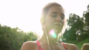 Atleta encantador positivo en auriculares almacen de video
