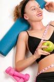 Atleta esile della donna che fa allenamento di forma fisica Fotografie Stock