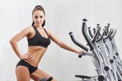 Atleta fêmea bonito que levanta na câmera Imagens de Stock
