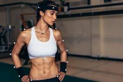 Atleta fêmea com os sensores da captação de movimento no laboratório da biomecânica fotografia de stock royalty free