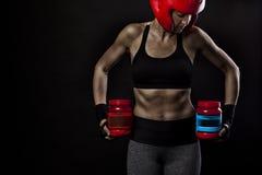 Atleta fêmea com suplementos e proteínas ao halterofilismo imagens de stock