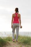 Atleta fêmea da aptidão que olha o mar Fotografia de Stock Royalty Free