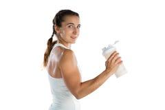 Atleta fêmea de sorriso do retrato que guarda a garrafa Foto de Stock Royalty Free