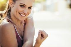 Atleta fêmea de sorriso que faz o exercício fora fotos de stock royalty free