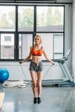 atleta fêmea novo atrativo que exercita na corda de salto fotografia de stock royalty free