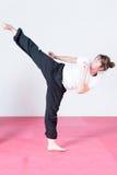 Atleta fêmea novo que exercita o capoeira imagens de stock