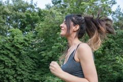 Atleta fêmea que corre no parque Foto de Stock