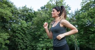 Atleta fêmea que corre no parque Foto de Stock Royalty Free