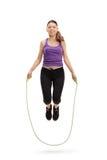 Atleta fêmea que exercita com uma corda de salto imagem de stock