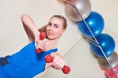 Atleta fêmea que faz o exercício com peso Conceito do cuidado da saúde e do corpo fotografia de stock royalty free