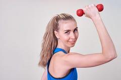Atleta fêmea que faz o exercício com peso Conceito do cuidado da saúde e do corpo fotografia de stock