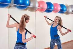 Atleta fêmea que faz o exercício do esporte Conceito do cuidado da saúde e do corpo fotos de stock