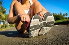 Atleta fêmea que prepara-se para correr Imagens de Stock