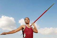 Atleta fêmea Throwing Javelin foto de stock royalty free
