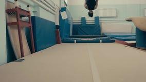 Atleta f?mea que exercita no gym, correndo acima e fazendo um salto mortal dobro para tr?s, movimento lento video estoque