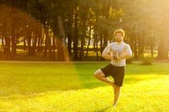 Atleta farpado de Happines que faz a ioga imagem de stock