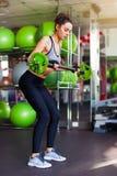 Atleta femminile adatto che fa sollevamento del peso massimo Immagine Stock Libera da Diritti
