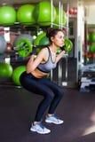 Atleta femminile adatto che fa sollevamento del peso massimo Fotografia Stock Libera da Diritti