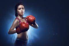 Atleta femminile asiatico del pugile pronto per la lotta Immagini Stock