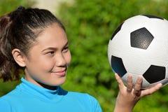 Atleta femminile asiatico felice With Soccer Ball fotografia stock libera da diritti