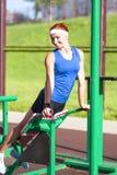Atleta femminile caucasico in attrezzatura professionale che ha Stampa-UPS Fotografia Stock