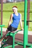 Atleta femminile caucasico in attrezzatura professionale che ha un addestramento di stampa-UPS Fotografia Stock Libera da Diritti