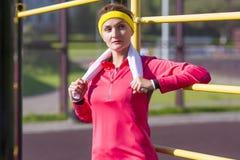 Atleta femminile caucasico di rilassamento in attrezzatura professionale Fotografia Stock Libera da Diritti