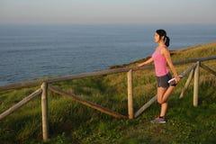 Atleta femminile che allunga dopo avere corso Fotografia Stock Libera da Diritti