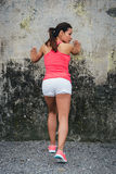 Atleta femminile che allunga gamba e vitello Immagine Stock