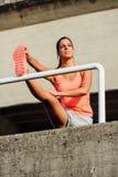 Atleta femminile che allunga per scaldarsi Fotografia Stock Libera da Diritti