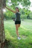 Atleta femminile che allunga sul parco di camaldoli Immagini Stock Libere da Diritti
