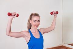 Atleta femminile che fa esercizio con la testa di legno Concetto di cura del corpo e di salute fotografie stock