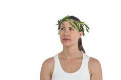 Atleta femminile che indossa la corona romana verde dell'alloro Immagine Stock