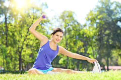 Atleta femminile che si esercita con la testa di legno in un parco Immagine Stock Libera da Diritti