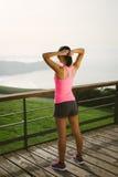 Atleta femminile che si prepara per esercitarsi Immagini Stock