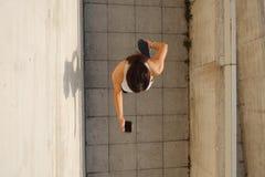Atleta femminile che si scalda prima dell'correre Immagini Stock