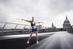 Atleta femminile con il giavellotto che sta davanti alla cattedrale di St Paul a Londra Fotografia Stock