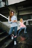 Atleta femminile con lo smartphone Fotografia Stock