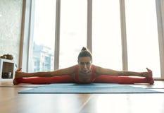 Atleta femminile felice che allunga il suo corpo Fotografie Stock