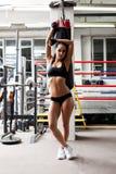 Atleta femminile muscolare ben fatto che posa nella palestra fotografia stock libera da diritti