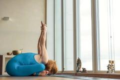 Atleta femminile professionista che fa yoga Fotografie Stock Libere da Diritti
