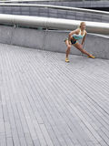 Atleta femminile Stretching Outdoors Fotografie Stock