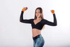 Atleta femminile sull'allenamento di forma fisica con le teste di legno Immagini Stock Libere da Diritti