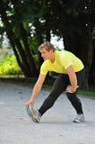 Giovane allungamento dell'atleta Fotografia Stock Libera da Diritti