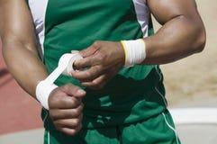 Atleta In Green Sportswear que graba la muñeca fotos de archivo libres de regalías