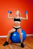 Atleta hermoso joven que se sienta en bola de la aptitud Imagenes de archivo