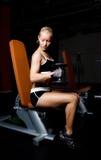 Atleta hermoso que levanta pesas de gimnasia pesadas Imágenes de archivo libres de regalías