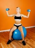 Atleta hermoso que se sienta en bola de la aptitud Imagen de archivo
